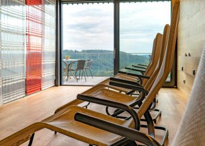 Wellness-Sauna_Gasthof-Siller_Ruheraum_mit_Balkon_und_Ansicht
